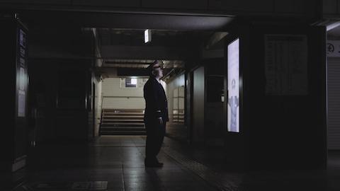 東京メトロとサントリーは定年退職を迎える駅長を労うサプライズ企画「THE LAST TRAIN」を実施